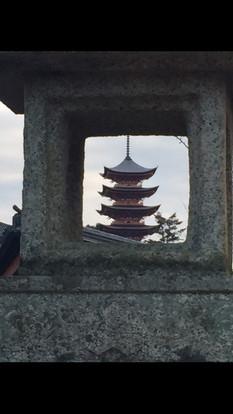 燈籠越しの五重の塔