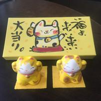 西に黄色の金運猫・宝くじ箱