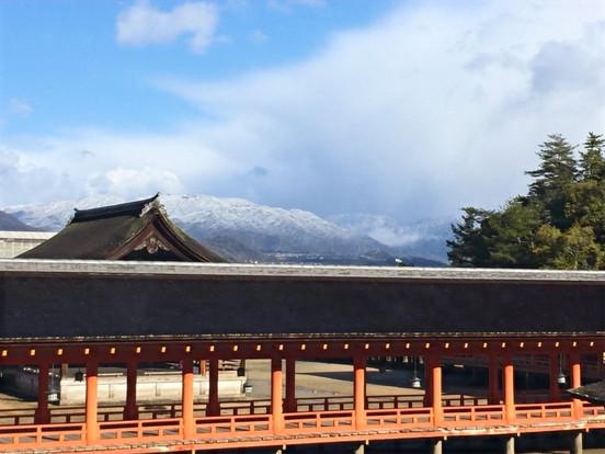 厳島神社越しに見る対岸の山々。