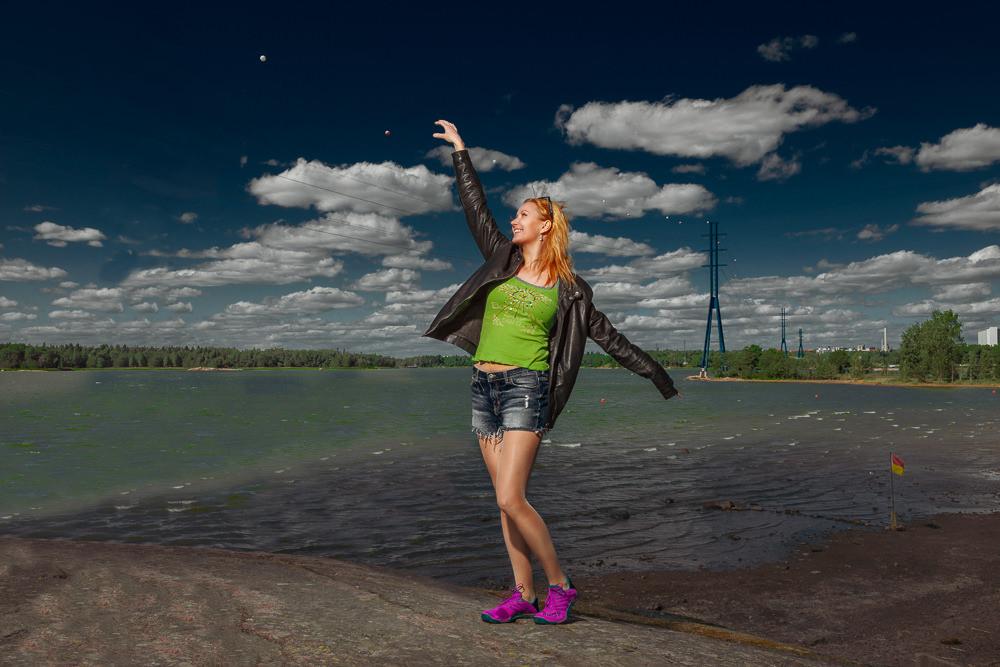 Lifestyle-tyylinen muotokuvaus Helsingissä Hietaniemen kallioilla. Kuvassa kirjailija Jessica Suni.