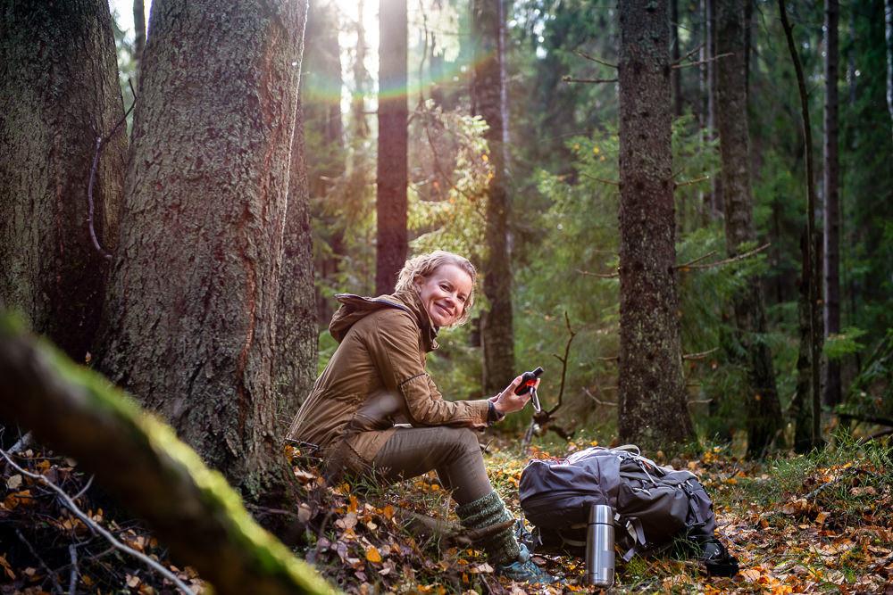 Lifestyle-tyyppinen kuvituskuvaus metsässä. Kuvassa tietokirjailija Mia Takula.