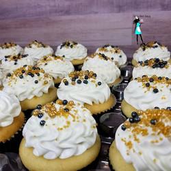 Vanilla cupcakes#50thbirthday#vanillacupcakes#whitegoldblack#customcakes#customcupcakes#plantationcu