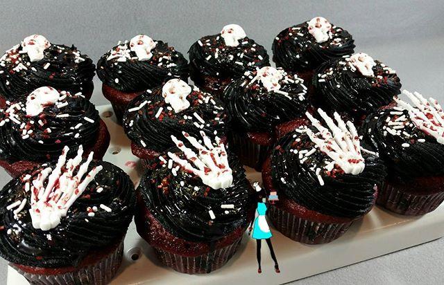 Happy Halloween skeleton and skulls red velvet cupcakes!#halloween#skeleton#skulls#redvelveycupcakes