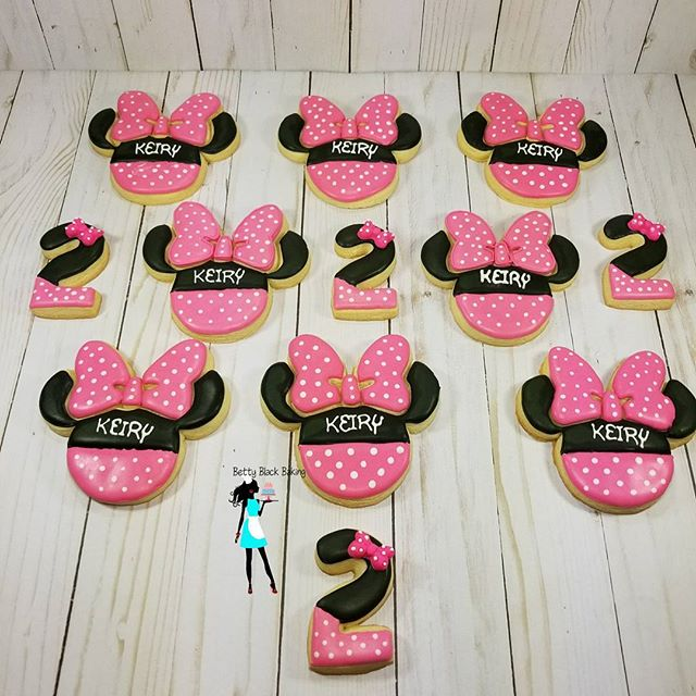 Minnie Mouse cookie set went out today. Minnie mouse cutter from _cheapcookiecutters