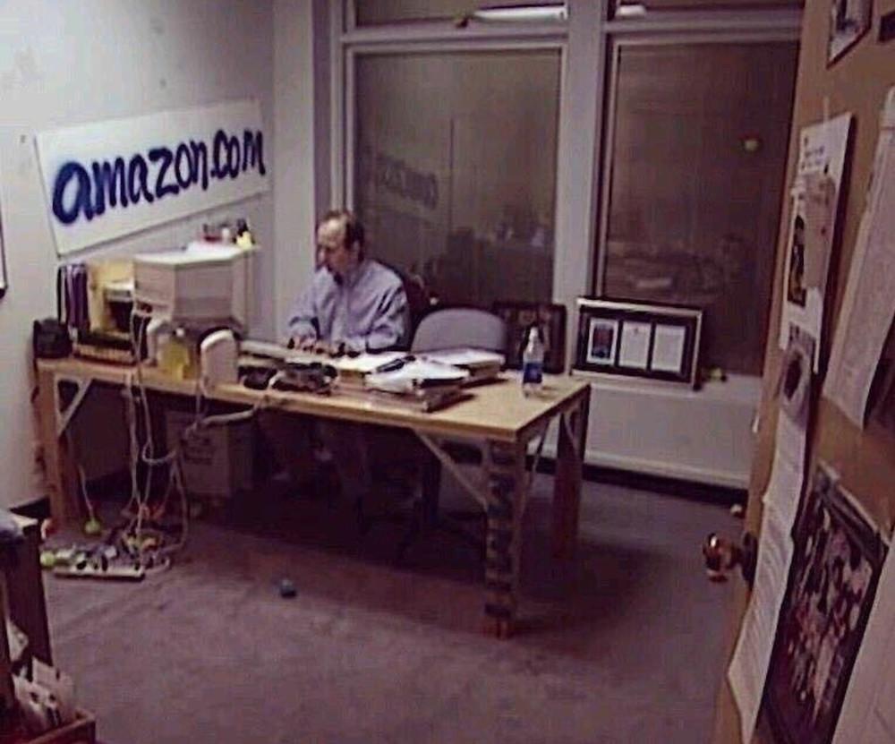 Jeff Bezos nel suo ufficio di Seattle nel 1994
