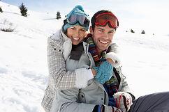 Młoda para w śniegu