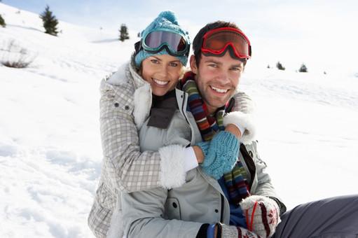 Junge Paare, die im Schnee