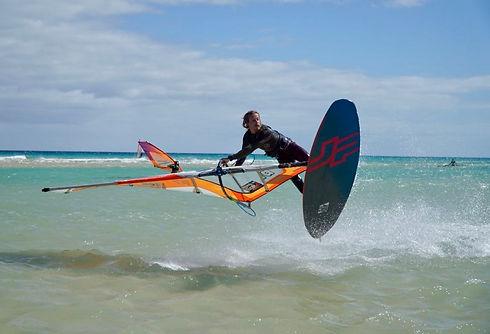 Seppi beim Windsurfen, Shaka