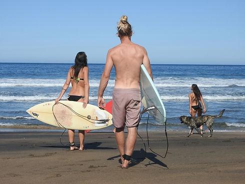 Surfergruppe am Weg ins Wasser.