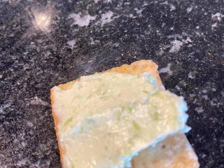 Entrée de fromage à la fleur d'ail et fraises du Québec !
