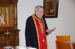 Isä Martti toimitti rukoushetken