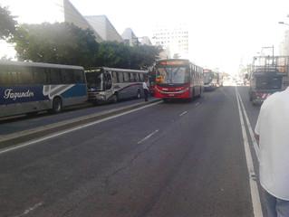 NitTrans remove ônibus enguiçado