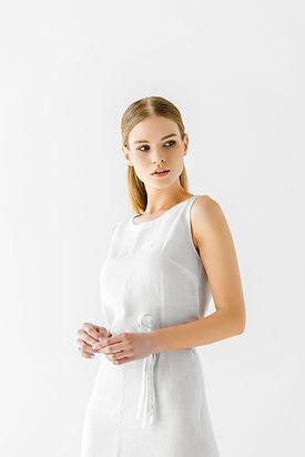 Modell im weißen Kleid