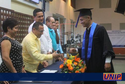 Entrega de diplomas a egresados