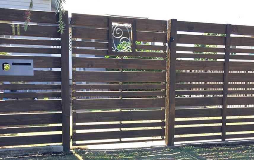 Horizontal Valleyboard slat fencing with