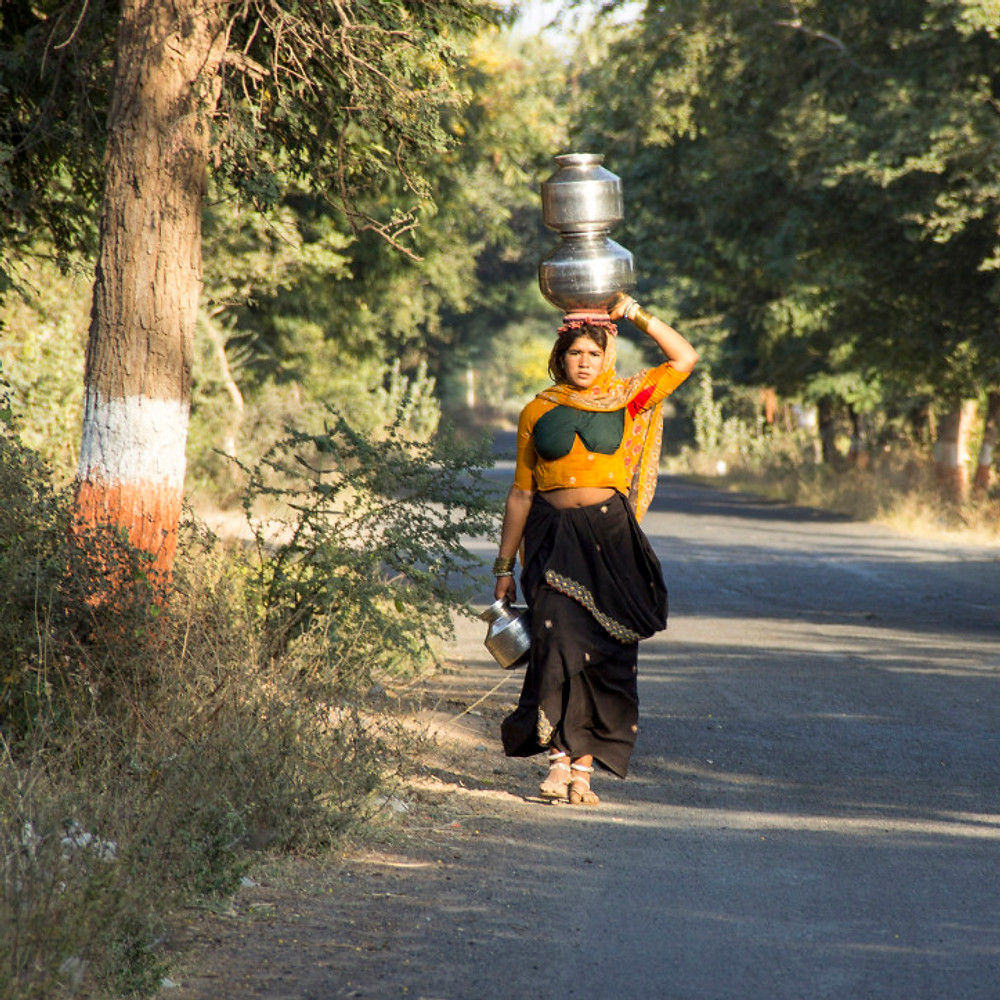 woman carrying water on the head ieclectica