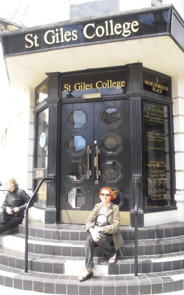 Je suis sur les marches du Collège de Brighton.