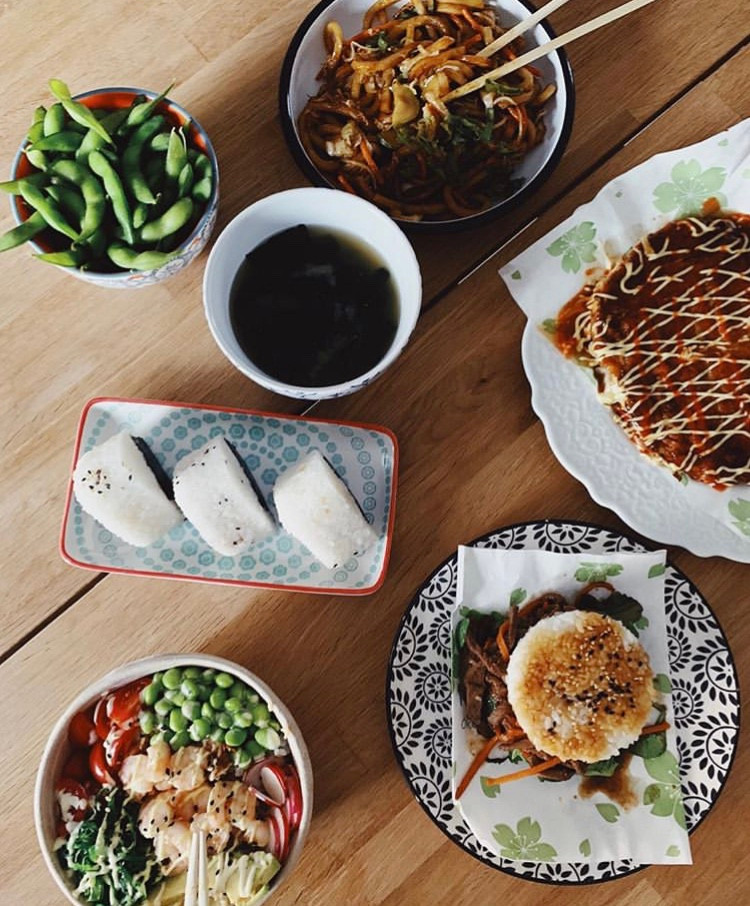 La cucina street food di Kiss me Licia nel distretto Isola, dove poter mangiare il famoso okonomiyaki, edamame, rice burger, bowl, yakiudon, yakisoba, onigiri.
