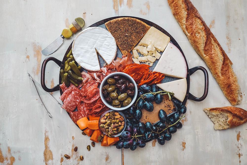 Tagliere di salumi, formaggi, frutta fresca, salse e pane dai diversi aromi. Un aperitivo perfetto dove stuzzicare con un bicchiere di vino.