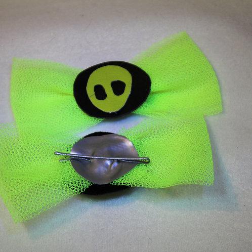grün gelber Alienkopf beim Sonnenfinsternis, Silbermond Rücksite mit fester silbriger Haarklammer, neon gelbeTüllschleife,