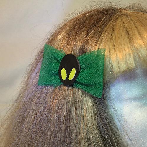 Grüne Tüllschleife mit neon grünen Augen auf schwarzem Mond,mit fest integrierter silbriger Haarklammer auf grüner Mondschei