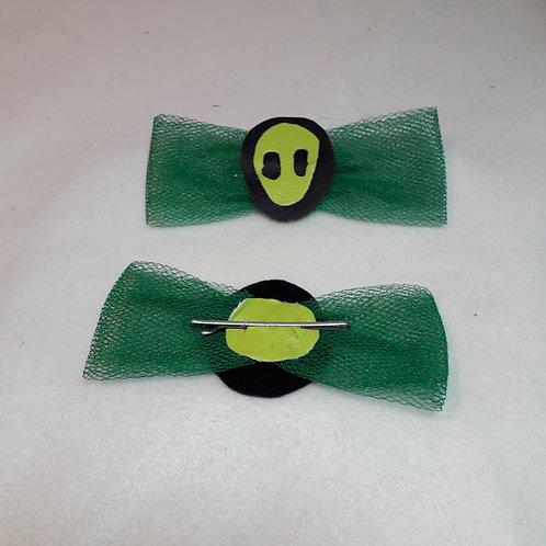 Grüner Tüll mit neon gelbem Alienkopf bei schwarzem Sonnenfinsternis, neon grüneMondscheibe mit fest integrierter silbriger