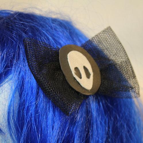"""Haarspangen """"Silver Alien at Black Planet""""  Silber Alienkopf auf schwarzem Planet mit schwarzer Tüllschleife, feste Haarklemm"""