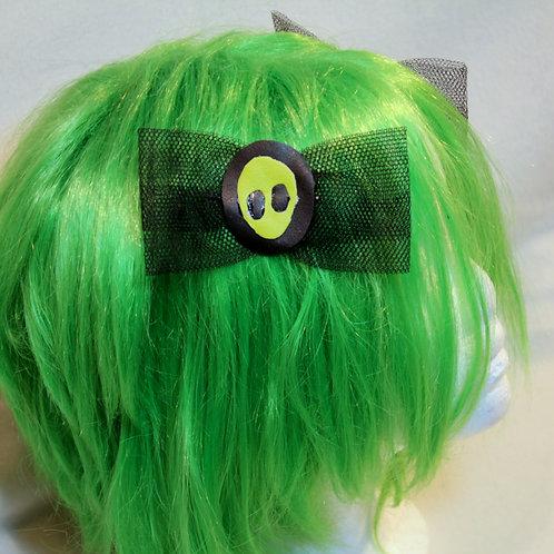 neon gelber Alienkopf auf Sonnenfinsternis mit schwarzer Tüllschleife, mit fester silber Haarklemme, neongelb Untergrund  Paa