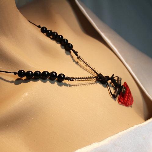 """Die """"Flash Me Up"""" Halskette ist speziell zusammengestellt aus dem Innenleben eines alten Fotoapparats und zwei Federn mit pas"""