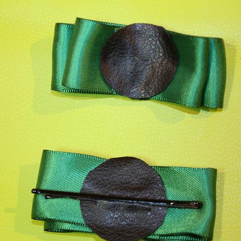"""""""Green Valley"""" Haarspangen aus grüner Stoffschleife, Rückseite mit fester Haarklammer"""