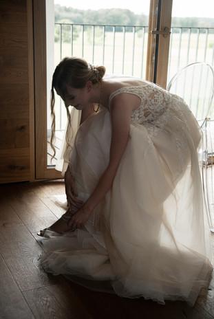 Schuhe anziehen Braut