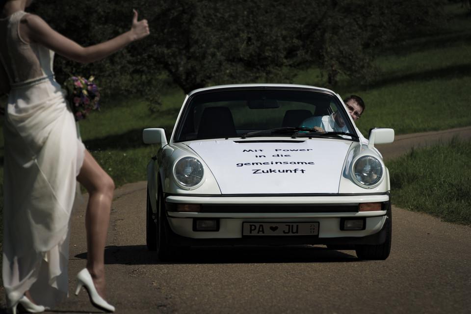 stoppende Braut mit Porsche