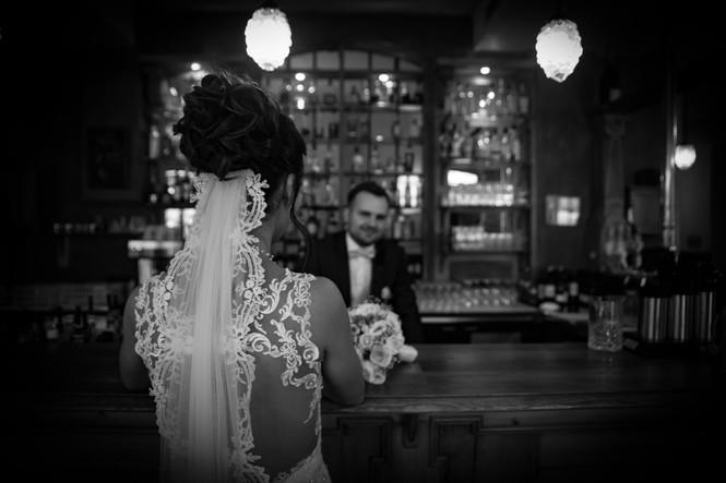 Brautpaar in Bar