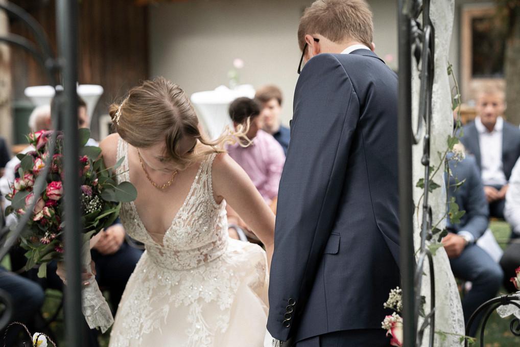 Braut setzt sich zur freien Trauung