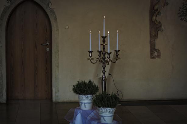 Kircheneingang geschmuckt