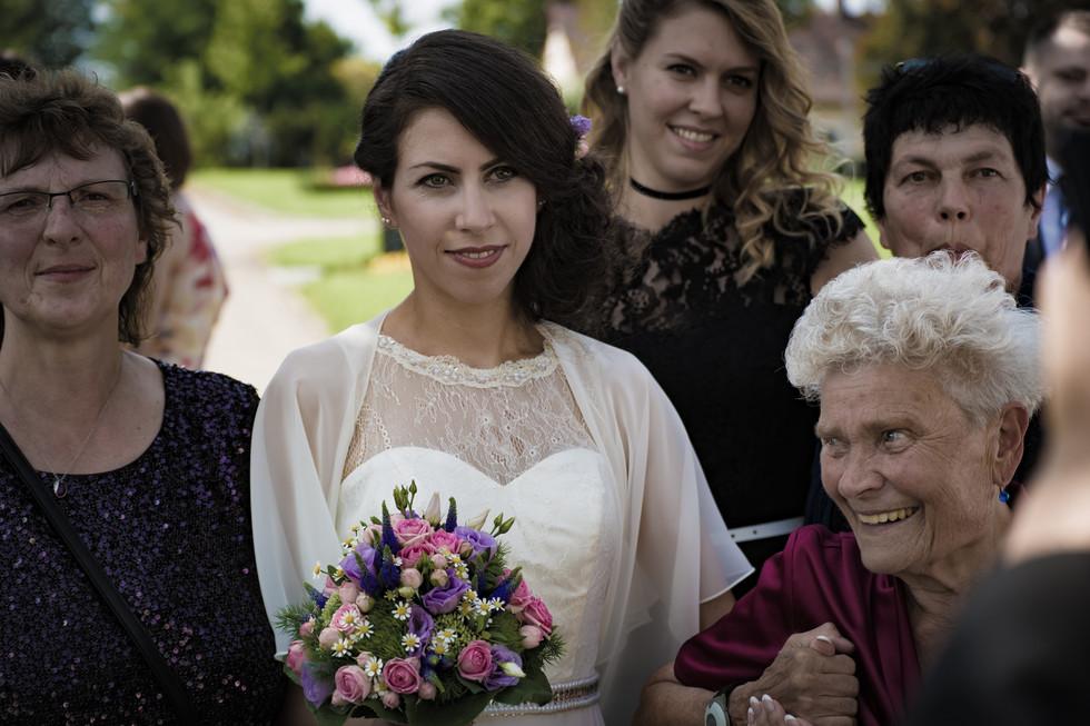 spontanes Gruppenbild Braut