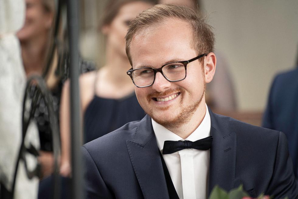Bräutigam lächelt seine Braut an