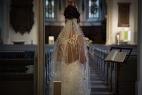 Braut mit Klick auf den Altar