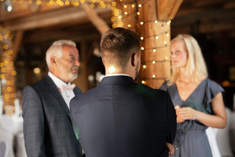 Brautvater begrüßt die Gäste