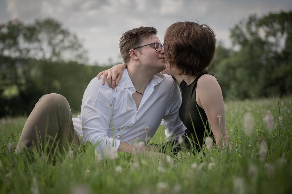 küssendes Brautpaar in Wiese