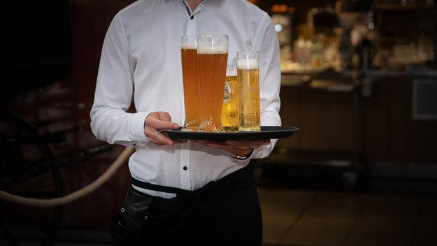 Bedienung mit Getränken