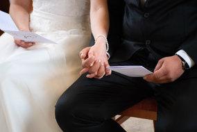 Brautpaar händchenhaltend