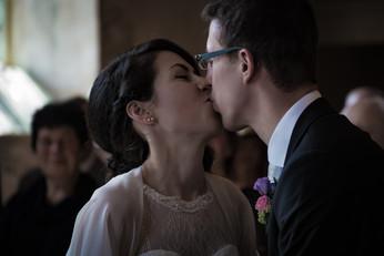 Kuss zwischen Brautpaar