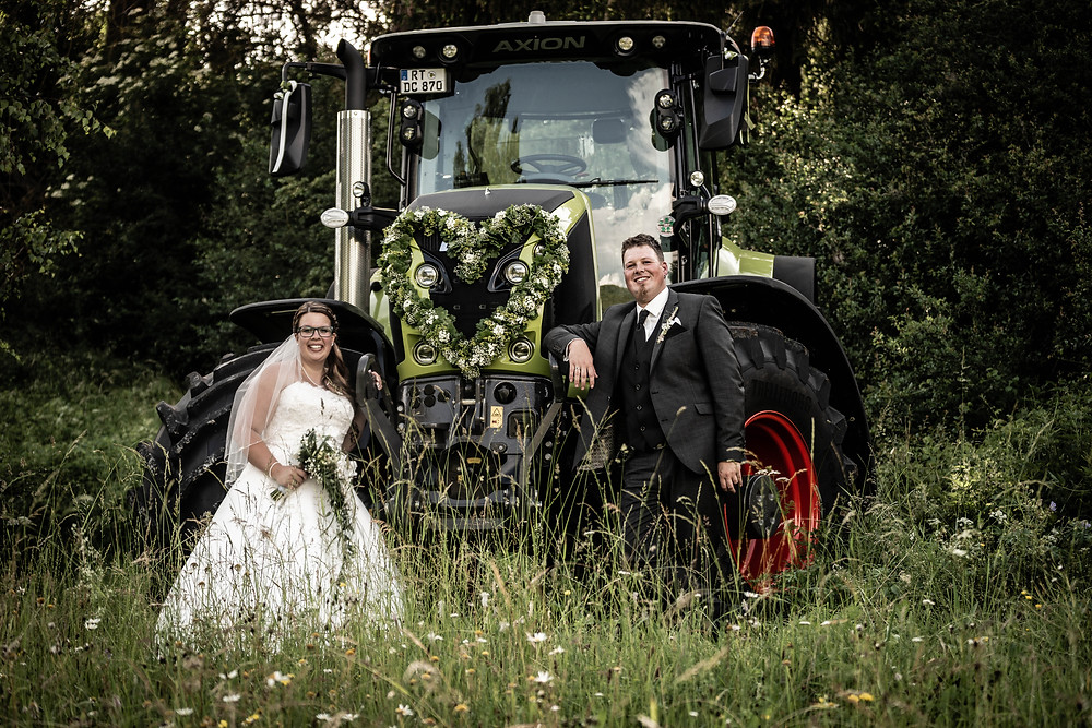 Hochzeitsfotograf Daniel Jones aus Münsingen mit Kunden bei der Hochzeitsreportage