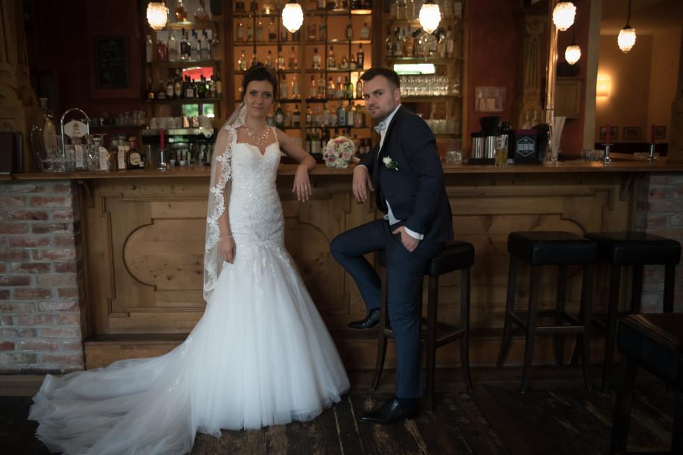 Braut lehnt an Bar