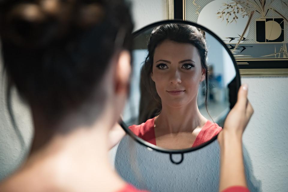 Braut mit Blick in Spiegel