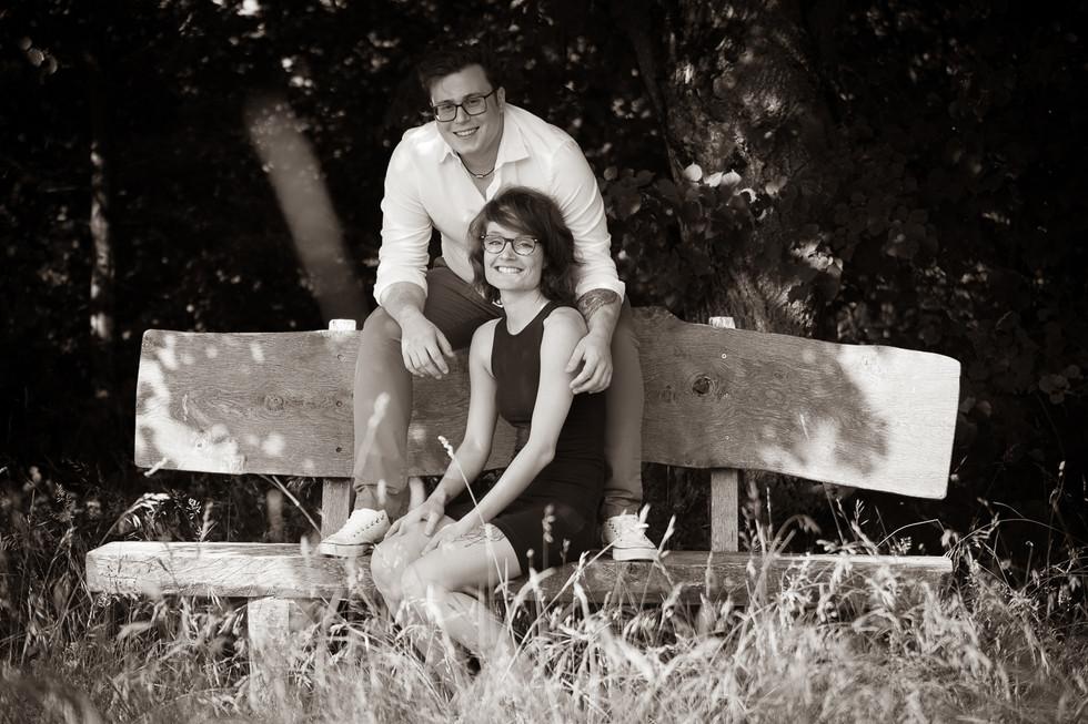 Paar sitzend auf einer Bank