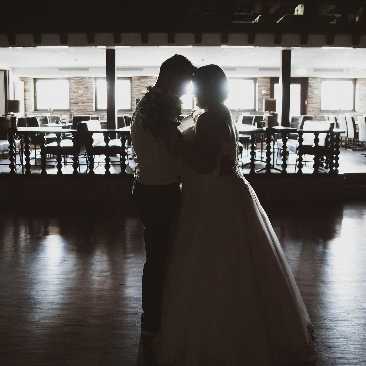 Etwas schaukeln und kuscheln. Hochzeitsfotograf Daniel Jones von der Agentur albhochzeit hält einzigartige Bilder fest