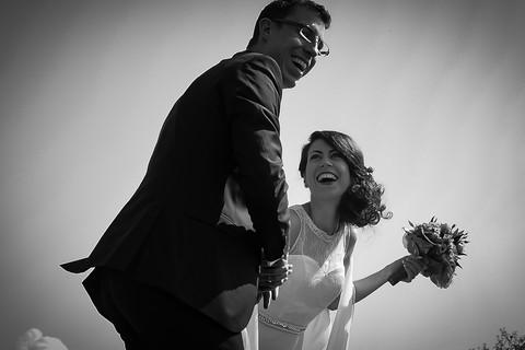 herzhaft lachendes Brautpaar
