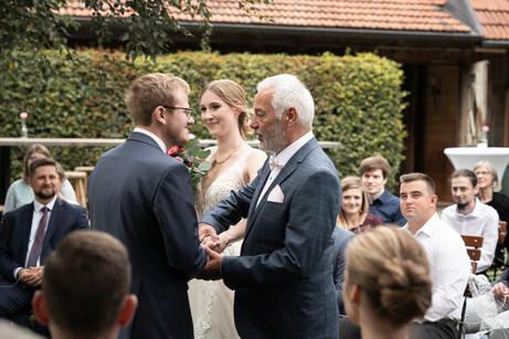Übergabe der Braut an den Bräutigam